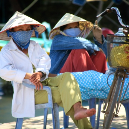photo vietnamese girls in hats